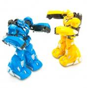 Tarpusavyje kovojantys robotai mėlynas-geltonas