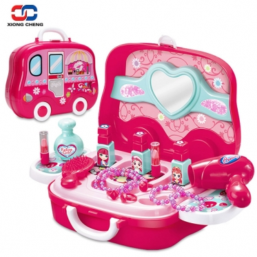 """Žaislų rinkinys """"Kosmetikos priemonės ir aksesuarai autobuse"""""""