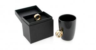 Puodelis su auksiniu žiedu (juodas)